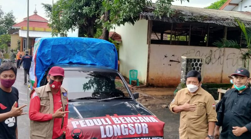Mindo Sianipar Terjun Langsung Serahkan Bantuan Kepada Warga Terdampak Longsor Selopuro