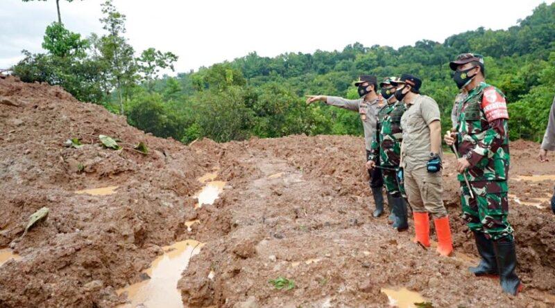 Pangdam V Brawijaya dan Kapolda Jatim Tinjau Lokasi Tanah Longsor Selopuro