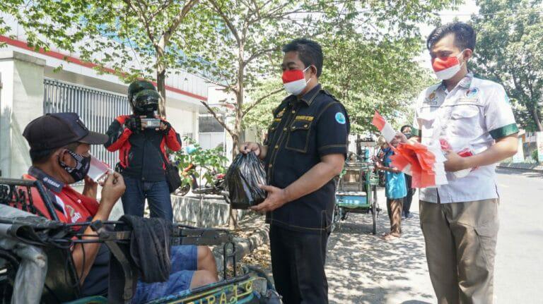 Kasatresnarkoba Polres Jombang Bagikan Sembako ke Warga