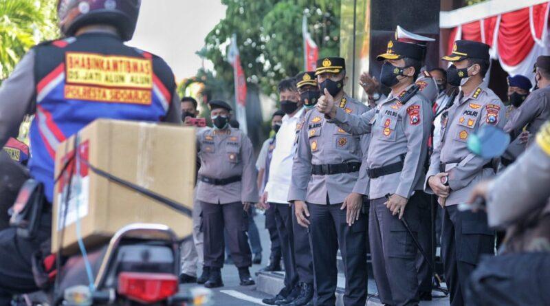Polda Jatim Bagikan 76.000 Bendera Merah Putih untuk Indonesia Tangguh, Indonesia Tumbuh